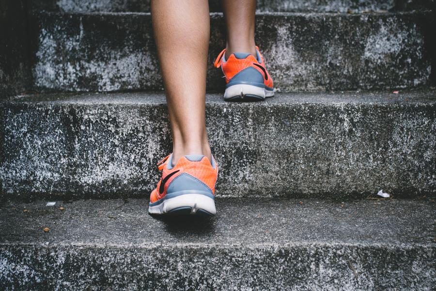 žena-stepenice
